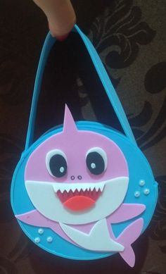 lembrancinha baby shark simples Ideas Para Fiestas, Baby Shark, Lunch Box, Paper Crafts, Birthday, Bb, Pasta, Shark Party, 1st Day Of School