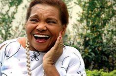"""Diva do samba paulista com mais de 50 anos dedicados à música, Dona Inah apresenta o repertório dos seus dois discos, """"Divino Samba Meu"""" e """"Olha Quem Chega"""", no dia 28 de janeiro, às 20h, no Centro Cultural da Juventude (CCJ), com entrada Catraca Livre."""