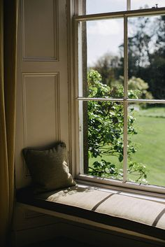 I would love to sit on this window seat and read while the sun shines in!