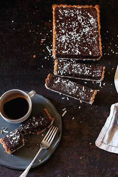Chocolate caramel slice with macaroon crust Chocolate Caramel Slice, Chocolate Pastry, Cooking Chocolate, Chocolate Caramels, Chocolate Desserts, Tart Recipes, Baking Recipes, Dessert Recipes, Gluten Free Desserts