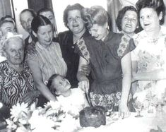 ACTIVIDADES DE EVA PERON President Of Argentina, Queen, Powerful Women, Funeral, Pretty Woman, Vintage Dresses, Actresses, Retro, Couple Photos