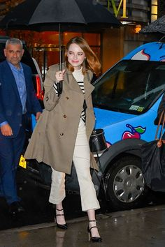 Celebrity winter outfits: Emma Stone wearing a trench coat, breton top, cream trousers and Mary Janes Fall Winter Outfits, Winter Fashion, Winter Clothes, Emma Stone Outfit, Long Beige Coat, Black Overcoat, Mantel Beige, Long Down Coat, How To Wear Scarves