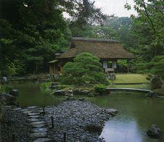桂離宮の日本庭園。州浜(すはま)越しに画面右の天の橋立と、茶室の松琴亭(しょうきんてい)を望む