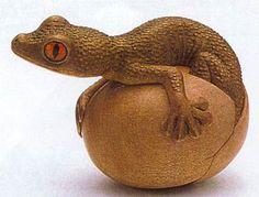 GECKO WOODEN NETSUKE — Carved wooden gecko netsuke by Susan Wraight via Art Propelled blog, KwaZulu Natal, South Africa.