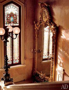 Позолоченное зеркало на мраморной лестнице — один из сохранившихся предметов изначальной обстановки виллы.