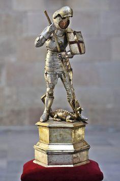 Estatueta articulada de Sant Jordi amb armadura gòtica que data entre 1420 i 1430 (s. XV). Es troba ubicada a la Capella de Sant Jordi del Palau de la Generalitat de Catalunya.