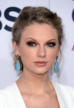 Love Taylor Swift's sultry eye makeup.     #2013PeoplesChoiceAwards