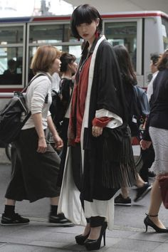 Love the look! Street style at Tokyo Fashion Week Spring 2017 More Love the look! Street style at Tokyo Fashion Week Spring 2017 Look Street Style, Asian Street Style, Tokyo Street Style, Street Style 2017, Japanese Street Styles, Japanese Fashion Styles, Tokyo Style, London Street, Tokyo Fashion