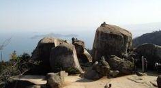 広島県廿日市にある弥山は初心者にもおすすすめな標高535mの山(ω) 歴史ロマンあふれる宮島の霊山として知られていて海の風景を楽しみながら登れるのが魅力 普通は山しか見えないからちょっと変わった気分が味わえるところが私もお気に入り 山頂では360広がる瀬戸内海の景色を楽しむことができますよ tags[広島県]