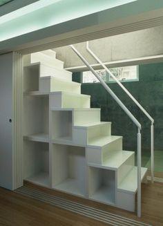 デッドスペースを有効利用!階段下収納術|SUVACO(スバコ)