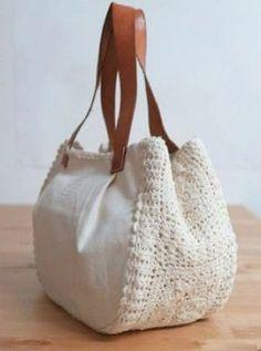 Crochet bag with white details for you to share with Bolsa de crochê. Crochet bag with white details for you to share with Bolsa de crochê com detalhes branca para você compartil Crochet Handbags, Crochet Purses, Crochet Doilies, Crochet Bags, Free Crochet, Crochet Pattern, Learn Crochet, Doilies Crafts, Crochet Wallet