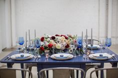 4th of July Inspiration table decor found on @greenweddingshoes #blue #silve #tablesetting #flowers