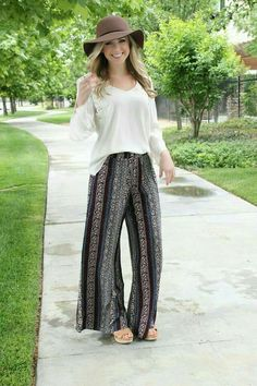 Relax and let loose with these fun and funky printed palazzo pants. Bohemian printed with silky soft fabric and over-sized fit. Elastic banding on the top and a semi-flare leg opening. Pair it with ou Boho Outfits, Spring Outfits, Cute Outfits, Fashion Outfits, Trendy Fashion, Boho Fashion, Autumn Fashion, Fashion Looks, Look Short
