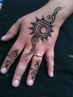 This sun is gorgeous :) I wonder how it would look if it wasn't henna