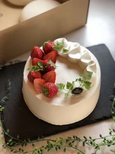 Cake Decorating - How To Apply Edible Cake Art Cake Recipes, Snack Recipes, Dessert Recipes, Cake Decorated With Fruit, Whipped Cream Cakes, Dessert Decoration, Icing Recipe, Edible Cake, Cake Decorating Tutorials
