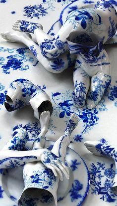 Copyright(C) KIM JOON, a Korean artist who arranges broken porcelain pieces then photographs them.