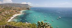 23 bis 28 Grad Tagestemperatur, tiefblaues Wasser, paradiesische Buchten und köstliches Essen — ein Badeurlaub in Kalabrien wird garantiert all …
