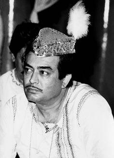 Sanjeev Kumar on the set of Aayash. Sanjeev Kumar, Indian Movies, On Set, Movie Stars, Cinema, Actors, Hot, Vintage, Fashion
