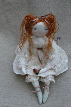 Léonor, taches de son et robe dentelles...(35 cm) - Le Jardin des Farfalous ♡