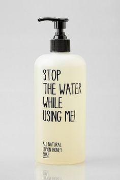 """6. Sabonete líquido e sustentavél- Com o aviso """"Desligue a água enquanto me usa!"""" a marca ajuda a reforçar o cuidado que temos que ter com o desperdício de água."""