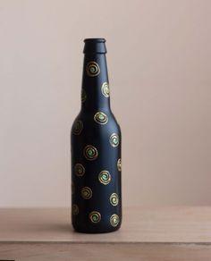 Buy Hand Painted Glass Bottle Vase - Black n Gold Circles online India - iMagicArt Painted Glass Bottles, Glass Bottle Crafts, Bottle Vase, Diy Bottle, Vase Deco, Pottery Painting Designs, Paper Vase, Diy Décoration, Bottle Painting