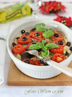 Wiem co jem - Dorsz ze świeżą bazylią i oliwkami Fish Recipes, Fruit Salad, Chili, Cereal, Breakfast, Poland, Food, Morning Coffee, Fruit Salads