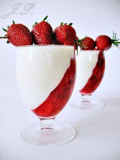 Panna cotta s jahodami recept - TopRecepty. Raspberry, Strawberry, Panna Cotta, Fruit, Tableware, Ethnic Recipes, Food, Instagram, Strawberry Fruit