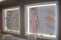 Vystavená tabule županů a ručníků