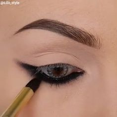 This dark eye makeup is perfection itself! Dieses dunkle Augen Make-up ist Perfektion selbst! Dark Eye Makeup, Dramatic Eye Makeup, Smoky Eye Makeup, Makeup Eye Looks, Eye Makeup Steps, Eyebrow Makeup, Eyeshadow Makeup, Winged Eyeliner, Dark Lipstick Makeup