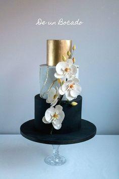 Tarta de boda en oro, negro y mármol con orquídeas de azúcar