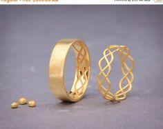 Ähnliche Artikel wie Solide 18k Gold passende Eheringe Set, 4mm breit, Gold recycelt Trauringe auf Etsy