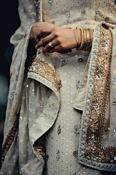 I have always loved the beading and allure of a sari. Very cool to see American brides selecting this luxe look Net sari - Aamby Valley India Fashion Week 2012 Indian Dresses, Indian Outfits, Indian Saris, Indian Clothes, Moda Indiana, Tarun Tahiliani, Indian Attire, Indian Bridal, Pakistani Bridal