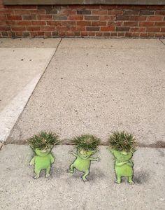 Quand le Street Art rencontre la nature avec ces 3 petits trolls verts qui ont une touffe d'herbe en guise de cheveux. Réalisé par David Zinn (davidzinn_art)