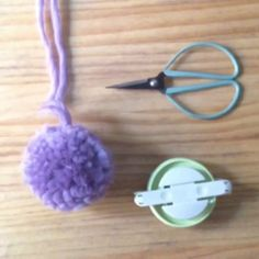 Te has preguntado como hacen para hacer pompones todos igualitos...  Con una pomponera!!!!  www.blackoveja.com www.blackoveja.shoponline@gmail.com