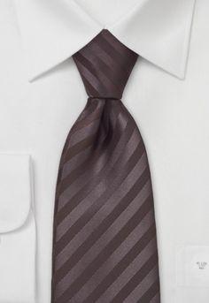 Corbata de color marrón café con estructura rayada jacquard. Todas la partes de corbata, incluyendo el relleno y la entretela, están cortadas en un ángulo de 45 grados. Gracias a eso la corbata tiene la elasticidad necesaria y una buena caída, es decir no suele darse la vuelta. El relleno es rugoso y consiste en un material muy elástico, lo cual crea un bonito nudo, un to http://www.corbata.org/corbata-rayada-marr%F3n-cafe-p-14311.html