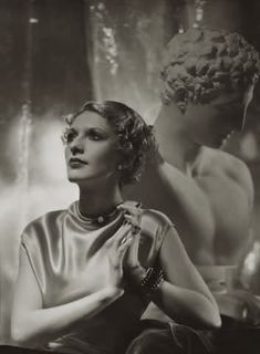 Model with sculpture, Photograph by George Hoyningen-Huene. The model is wearing a gown by Maggie Rouff and jewelry by Belperron for Herz. Suzanne Belperron's use of carved hardstones, like rock. Golden Age Of Hollywood, Hollywood Stars, Vintage Glam, Vintage Hair, Vintage Beauty, Vintage Style, 1930s Fashion, Classic Fashion, Fashion Vintage