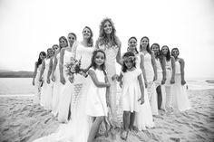 Bridemaid Dresses | Foto com as Madrinhas | Casamento | Wedding | Casamento ao ar livre | Casamento na Praia | Casamento de Dia | Madrinha de Casamento | Vestido de Madrinha | Bridemaid | Madrinhas de Branco | Madrinhas com Vestido da mesa Cor | Inesquecível Casamento | Outside Wedding | Beach Wedding