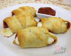 Pepperoni Pizza Roll-ups. Try using cooked spicy sausage instead of pepperoni if you like sausage pizza better. Looks yummy and fast. perfect for between work and school :) I Love Food, Good Food, Yummy Food, Mozzarella, Pepperoni Pizza Rolls, Turkey Pepperoni, Pepperoni Bites, Pepperoni Recipes, Pizza Roll Up
