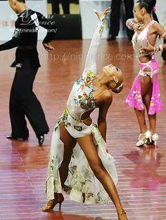 D185豪華燦爛な3D蝶々とオリジナル生地のラテンドレス : 社交ダンスウェアNiniDance