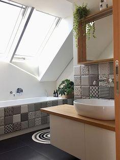 Hezkým prvkem koupelny v podkroví jsou polštářkovitě působící obklady v černobílé barvě. Jejich plocha připomíná patchwork. Bathtub, Bathroom, Furniture, Tips, Scrappy Quilts, Standing Bath, Washroom, Bathtubs, Bath Tube
