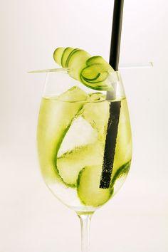 Zutaten für einen Belveder Cucumber Spritz:  45 ml Belvedere Wodka, 15 ml trockener Wermut, 2 Gurken-Bänder, Sodawasser #cocktail #longdrink #vodka White Wine, Alcoholic Drinks, Cocktail, Glass, Food, Gourmet, Fine Dining, Vodka, Liquor Drinks