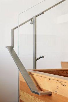 Baranda de acero inoxidable y vidrio.