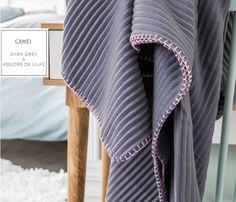 Deka a přehoz šedé barvy s růžovým lemováním na sedací soupravy Fashion, Moda, Fashion Styles, Fashion Illustrations