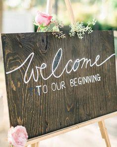 """""""Welcome to our beginning"""" Linda sinalização de recepção de casamento feita em…"""