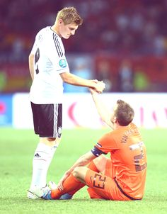 Toni Kroos lending a helping hand