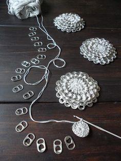DIY Crochet Pop Tab Purse. From http://omakoppa.blogspot.fi/2012/05/klipsukukkaro.html