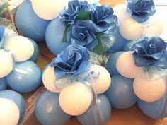 composizione di rose azzurre di palloncini da centrotavola per comunione