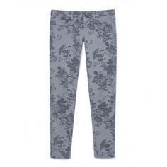 Pantaloni slim fit cinque tasche in cotone stretch, a fantasia floreale, disponibili in diverse varianti. Ideale per un pomeriggio all'aria aperta.