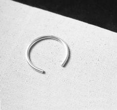 Armreif aus massivem Silber in schlicht, elegant und minimalistischen Design. Hier entdecken und shoppen: http://sturbock.me/FvZ