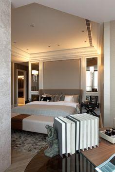спальня в серых тонах в современном классическом стиле